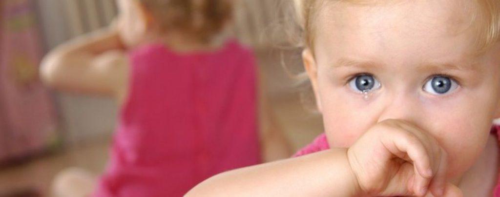 Насморк у грудничка: симптомы и лечение в зависимости от вида заболевания