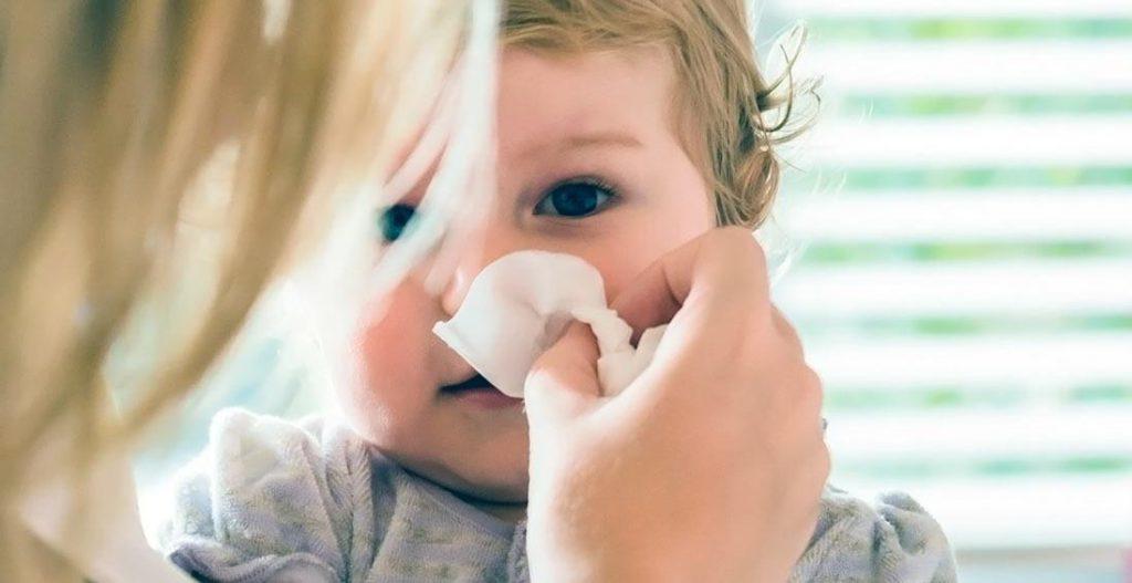 Как следует поступить родителям, если долго не проходит насморк у ребенка?